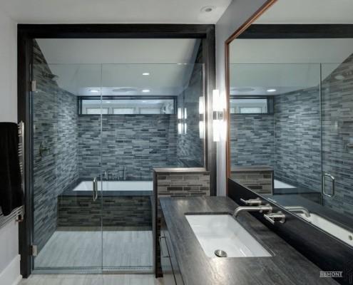 Душ рядом с ванной