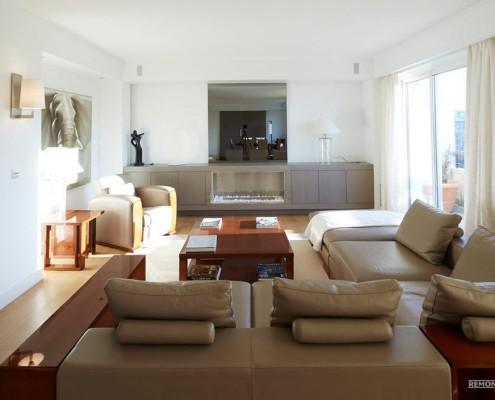 Кожаный бежевый диван в зале