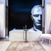 Необычная мозаика на стене ванной
