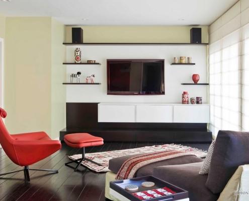 Красное кресло в гостиной