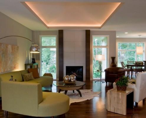 Потолок с подсветкой и камин с белой плиткой