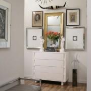 Зеркало над белым комодом в прихожей