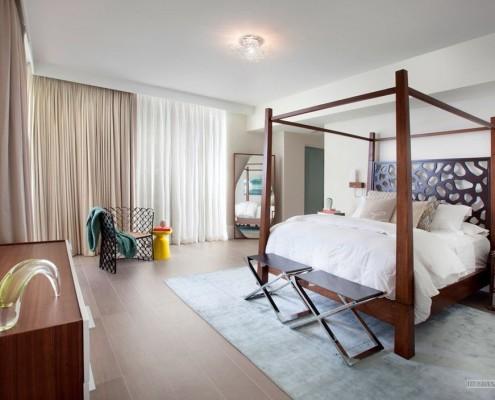 Стулья рядом с кроватью в интерьере спальни