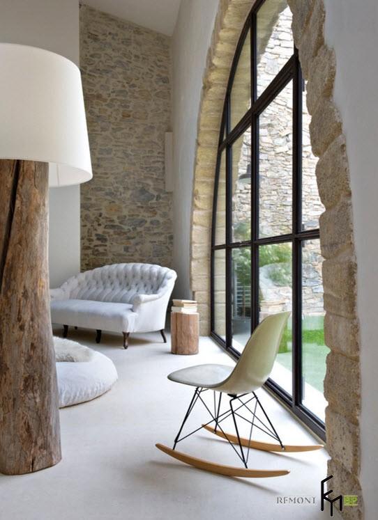 Белы й диван слева от арочного окна