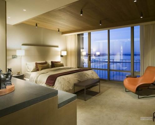 Дизайн интерьера с деревянным потолком