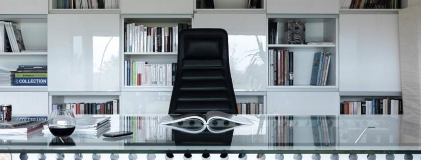 Сочетание металла и стекла в конструкции стола
