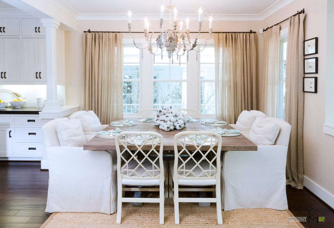 Белые кресла у стола