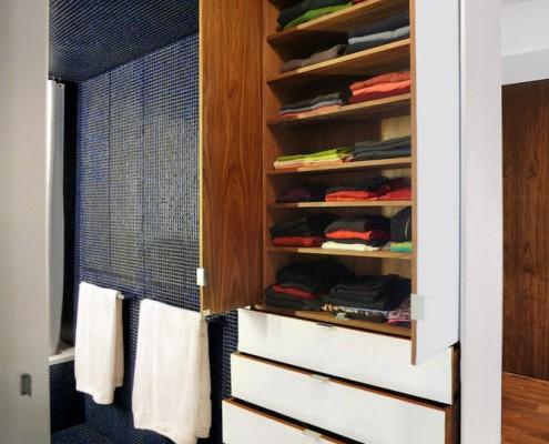 Все шкафчики, вешалки, ящички встроены в стену