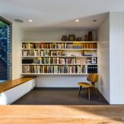 Ниша с книгами и стул