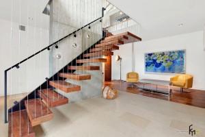 Струны выполняют одновременно функции декора и ограждающего элемента лестницы