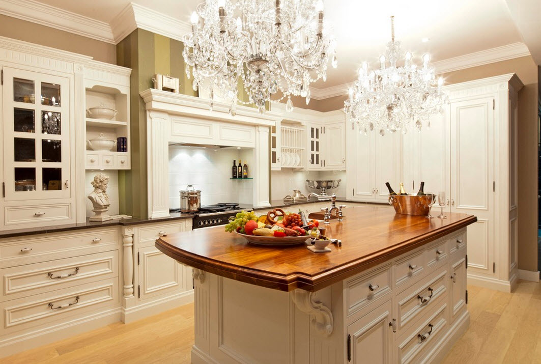 Две хрустальные люстры на кухне
