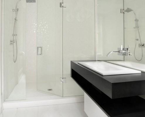Белая ванная комната с акцентом черного
