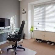 Рабочий стол со стеклянной поверхностью