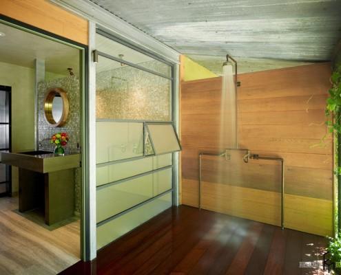 Летний душ за перегородкой в доме