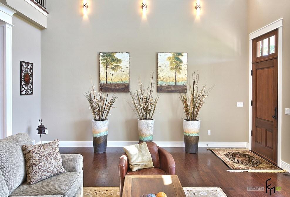 Три напольные вазы в интерьере гостиной