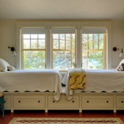 Две кровати на подиуме с ящиками