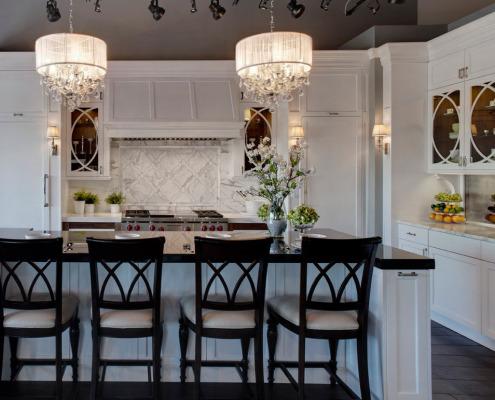 Две люстры над кухонным столом