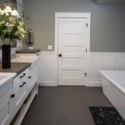 Сочетание белого и серого в ванной
