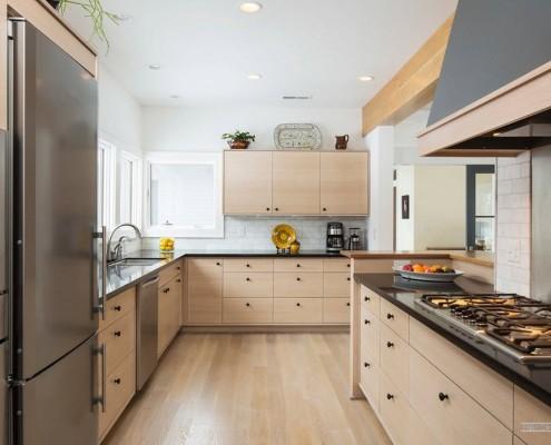 Кухонная мебель светлого дерева с черной фурниторой