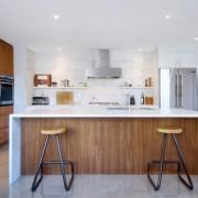 Панельная кухня с точечными светильниками