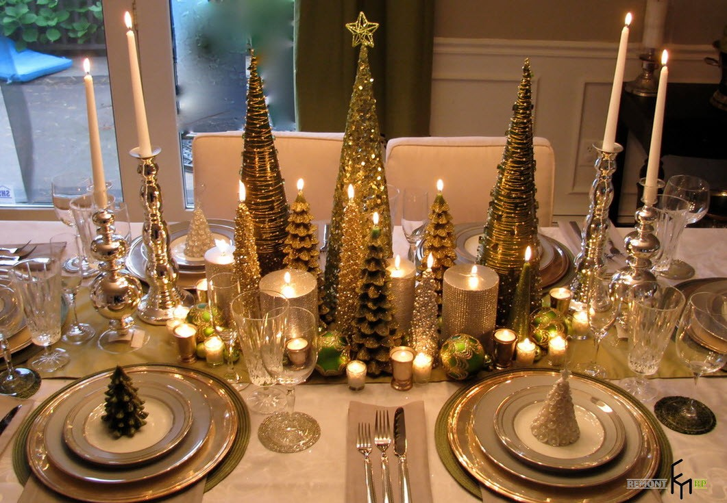 Свечи в форме елок на столе