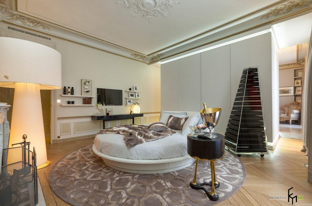 Круглая кровать в зале