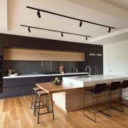 Контраст белого и черного в кухне