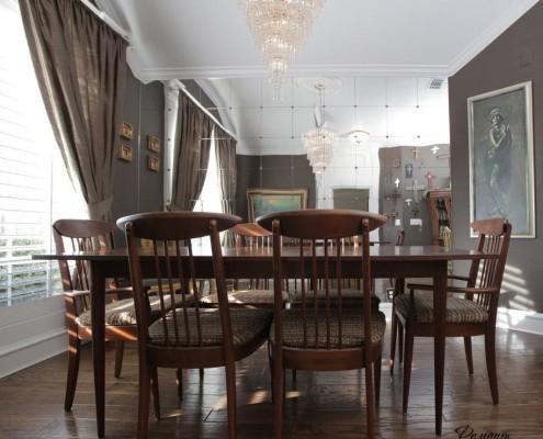 Деревянные стулья вокруг обеденного стола
