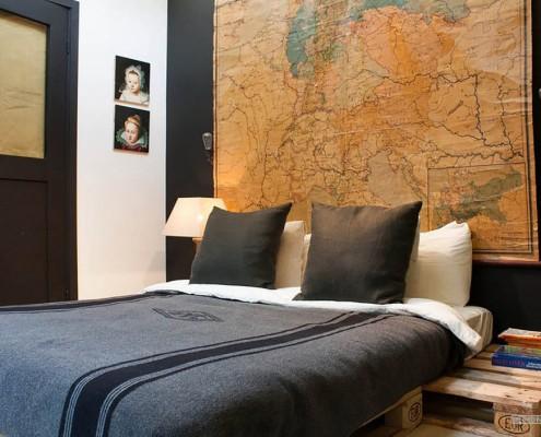 Кровать на деревянной платформе