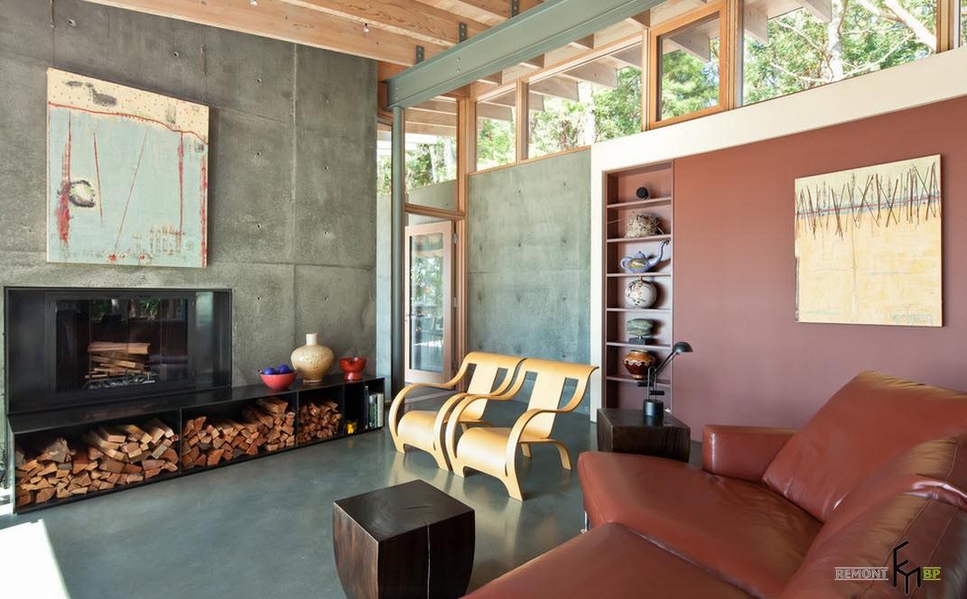 В летний период времени местом хранения дров может быть сам камин