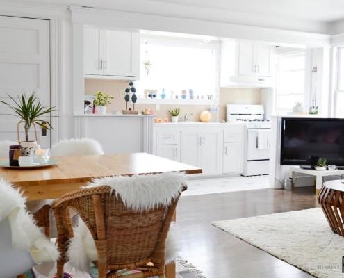 Белоснежная мебель в кухне-студии