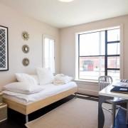 Черный пол и белые стены в спальне