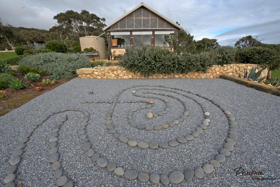 Иероглиф из плоских камней
