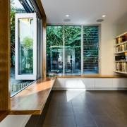 Комната - библиотека с пустым интерьером