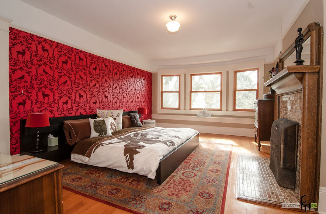 Красная стена с принтом