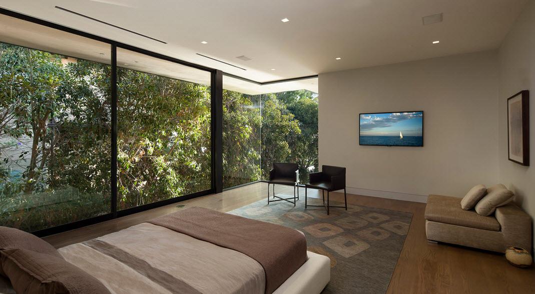 Стеклянная стена в спальне