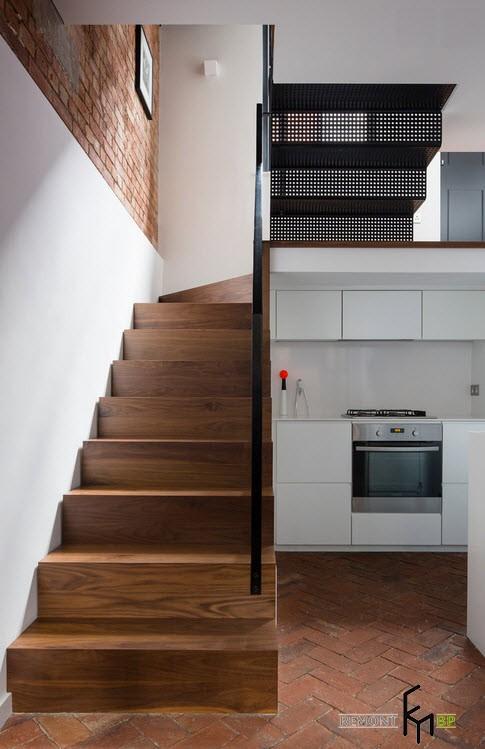 Кухонная мебель в нише под лестницей