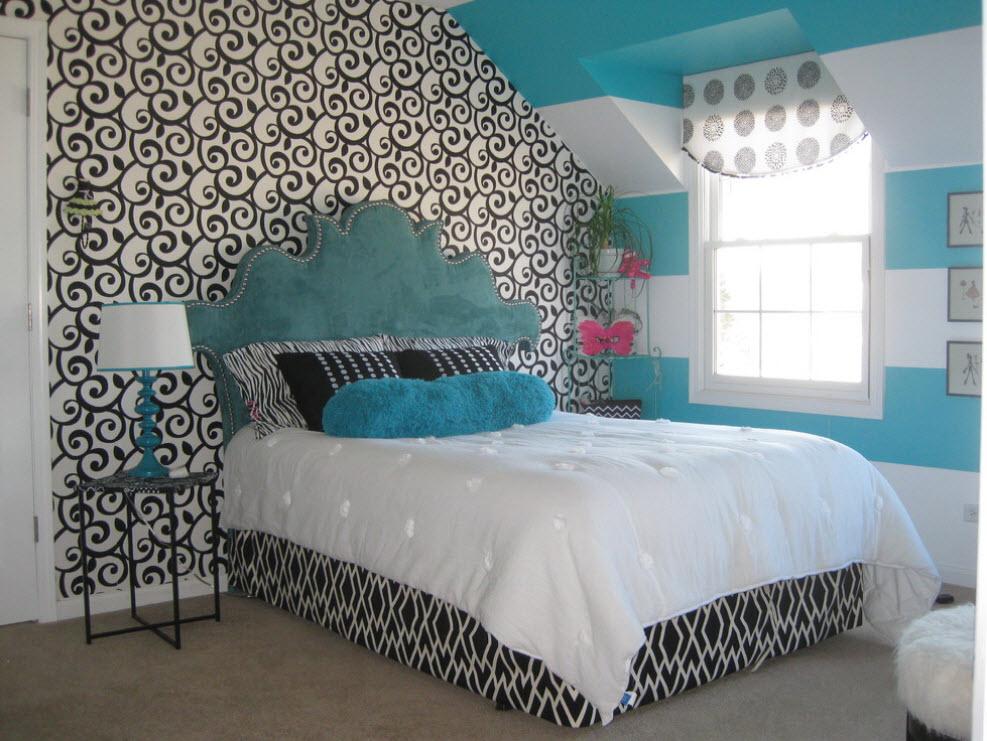 Кровать с голубым изголовьем