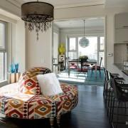 Круглый диван в гостиной зоне