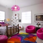 Ярко розовые кресла в детской