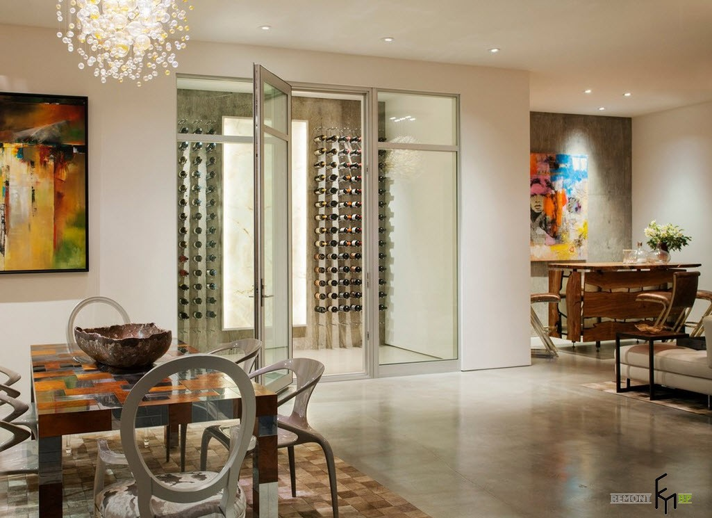 Остекление разграничивает зоны столовой и места хранения коллекции вин