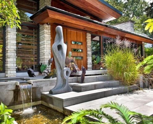 Дом с искусственным водоемом