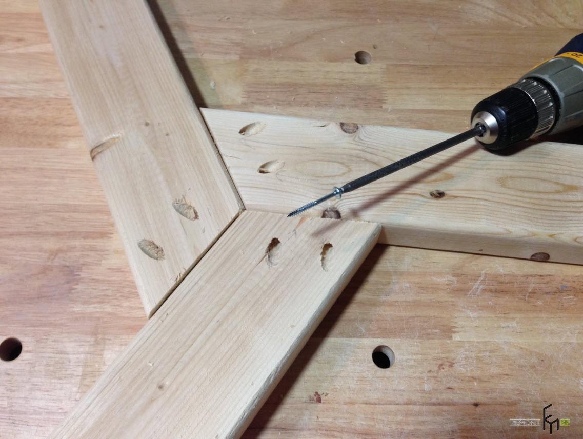 Третий шаг второго этапа изготовления стола