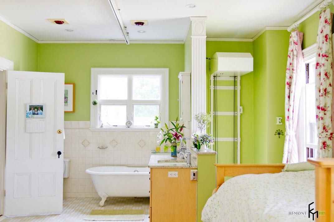 Яркая ванная в спальне