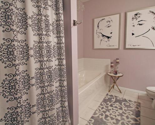 Серый коврик в ванной