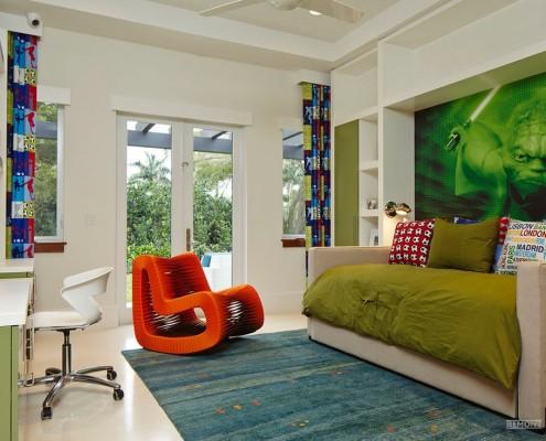 Ярко-оранжевое кресло-качалка в комнате
