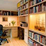 Полки с книгами в интерьере