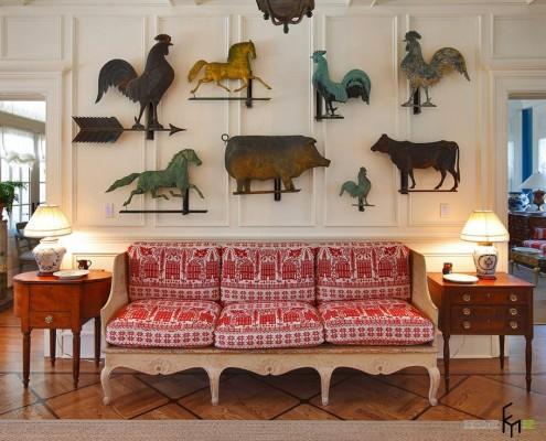 Красно-белый диван в гостиной