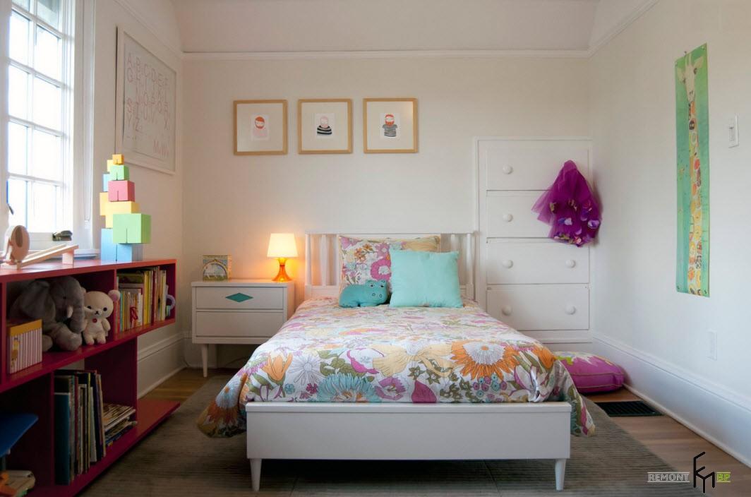 Сочетание белых стен с яркими элементами обстановки