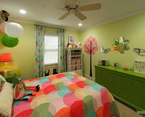 Разноцветное одеяло в детской комнате